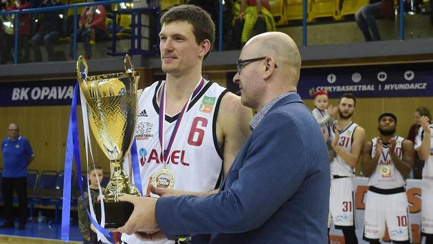 Kapitán Nymburka Pavel Pumprla s pohárem pro vítěze poháru a starosta Nového Jičína Stanislav Kopecký.