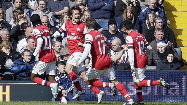 Góóól! Tomáš Rosický (druhý zleva) slaví se spoluhráči z Arsenalu svoji trefu hlavou do sítě West Bromwich Albion.