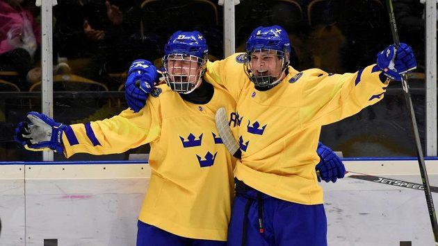 Švédští hokejisté Alexander Holtz a Alex Brannstam se radují po vyřazení Kanady na MS do 18 let.