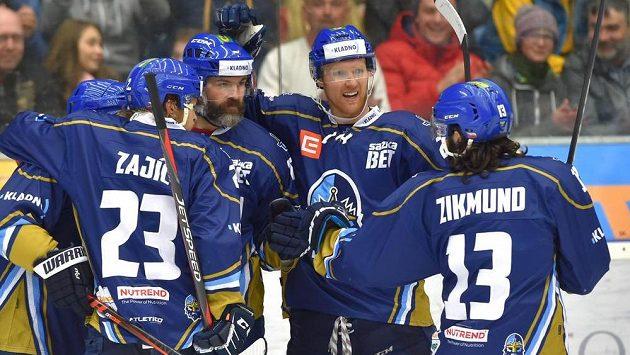 Kladenský hokejista Tomáš Plekanec (úplně vlevo), Josef Zajíc, Jaromír Jágr, Brendon Nash a Ladislav Zikmund se radují z gólu v chomutovské síti.