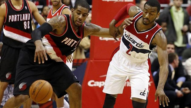 LaMarcus Aldridge (vlevo) z Portlandu v souboji s Johnem Wallem z Washingtonu Wizards.