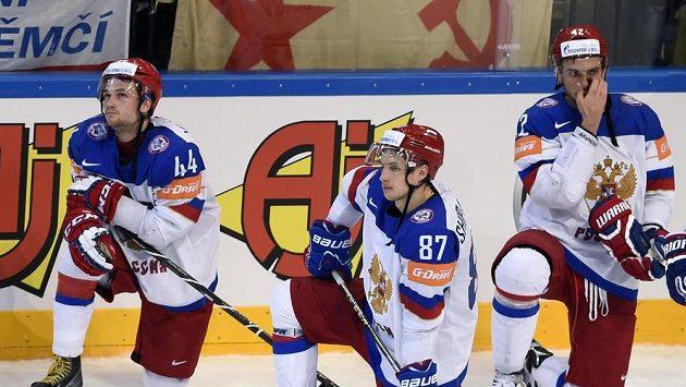 Zklamaní hráči Ruska po prohraném finále s Kanadou.