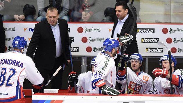 Trenér české hokejové reprezentace Vladimír Růžička a asistent Ondřej Weissmann udělují pokyny hráčům během zápasu s Ruskem.