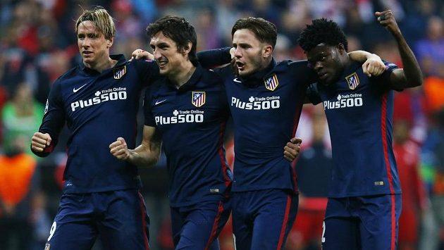 Hráči Atlétika Madrid zleva Fernando Torres, Stefan Savič, Saúl Ňíguez a Teye Thomas se radují z postupu do fináleLigy mistrů.