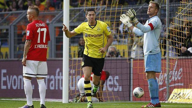 Robert Lewandowski (uprostřed) slaví jeden ze svých gólů v utkání s Freiburgem.