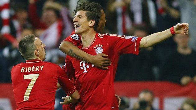 Mario Gómez (uprostřed) z Bayernu slaví se spoluhráčem Franckem Ribérym (vlevo) a Davidem Alabou gól proti Barceloně.