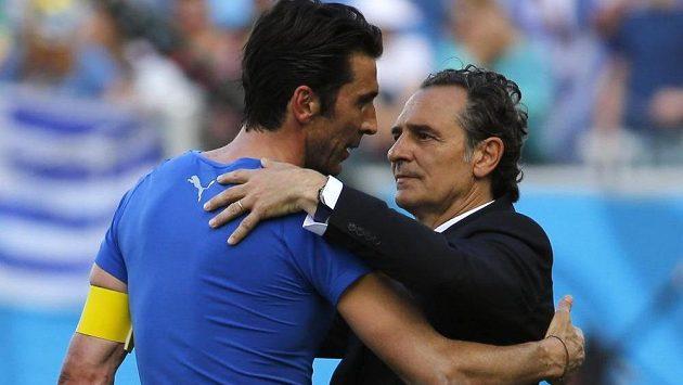 Italský brankář Gianluigi Buffon a kouč Cesare Prandelli.