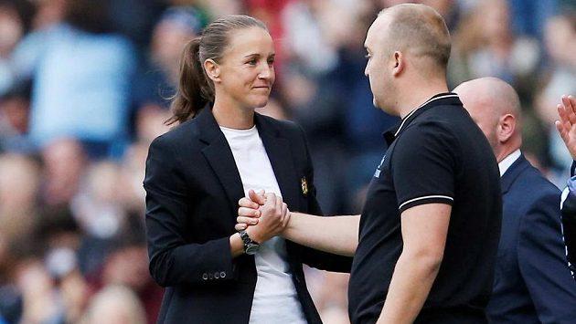 Manchester United vedla do zápasu trenérka Casey Stoneyová, na lavičce United měl hlavní slovo Nick Cushing.