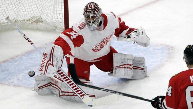 Brankář Petr Mrázek vychytal 27 zákroky hokejistům Detroitu vítězství 4:0 na ledě Chicaga.