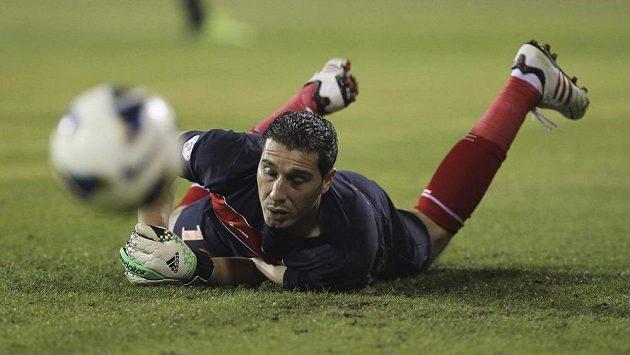 Jordánský gólman Mohamad Shatnawi se marně snaží zabránit jednomu z gólů v utkání proti Uruguayi.
