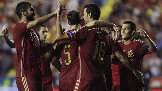 Fotbalisté Španělska slaví gól proti Makedonii.