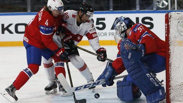 Švýcar Cody Almond před norským brankářem Henrikem Haukelandem, jemuž ještě vypomáhá obránce Johannes Johannesen.