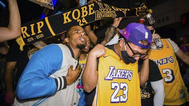Fanoušci Los Angeles Lakers před nedávnem slavili triumf týmu v NBA, vzpomínají i na legendárního Kobeho Bryanta.