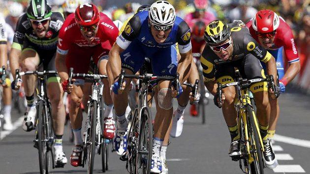 Marcel Kittel (uprostřed), jezdec stáje Etixx-Quickstep, zvítězil ve 4. etapě slavné Tour de France.