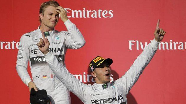 Piloti Mercedesu Lewis Hamilton (dole) a Nico Rosberg. Kdo bude slavit v Abú Zabí titul?
