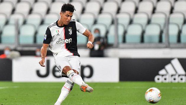 Hvězda Juventusu Cristiano Ronaldo proměňuje penaltu proti Laziu.