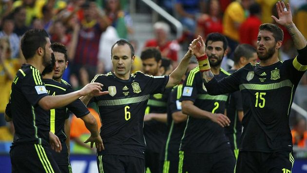 Španělští fotbalisté Andrés Iniesta (uprostřed) a Sergio Ramos (15) slaví branku Davida Villy (vlevo) v zápase proti Austrálii.