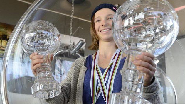 Snowboardistka Šárka Pančochová se kříšťálovými glóby za triumfy ve Světovém poháru.