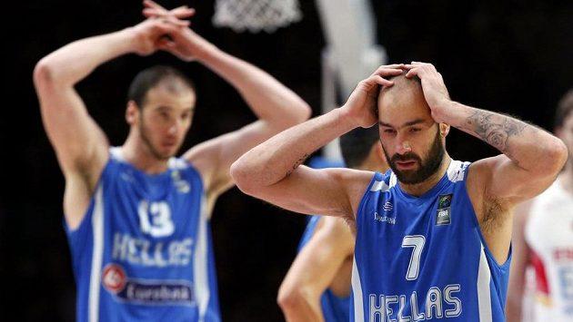 Smutní řečtí basketbalisté Vassilis Spanoulis (vpravo) a Kostas Koufos.