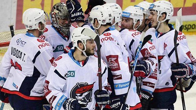 Hráči Chomutova se radují z vítězství.