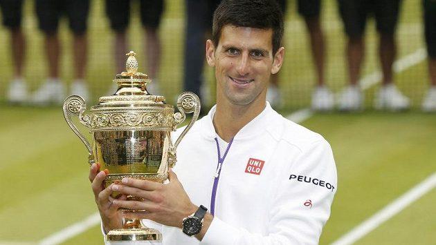 Srbský tenista Novak Djokovič s trofejí v londýnském All England Clubu.