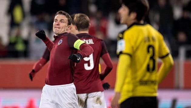 Útočník Sparty David Lafata oslavuje gól na 1:1 v přípravě s Dortmundem.