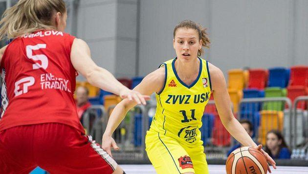 Basketbalistka Kateřina Elhotová během ligového semifinále s Nymburkem.