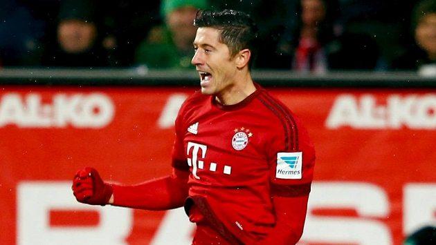 Robert Lewandowski z Bayernu Mnichov oslavuje jeden ze svých gólů proti Augsburgu.