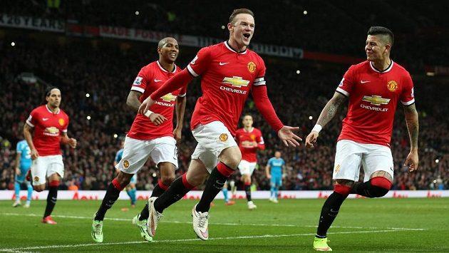 Manchesterský Wayne Rooney (druhý zprava) slaví svůj první gól proti Sunderlandu.