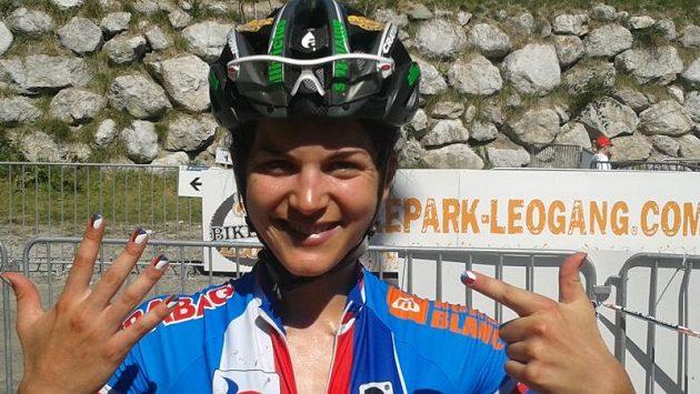 Tereza Huříková s radostí ukazuje svůj výsledek na mistrovství světa. Nehty si tradičně nalakovala do národních barev.