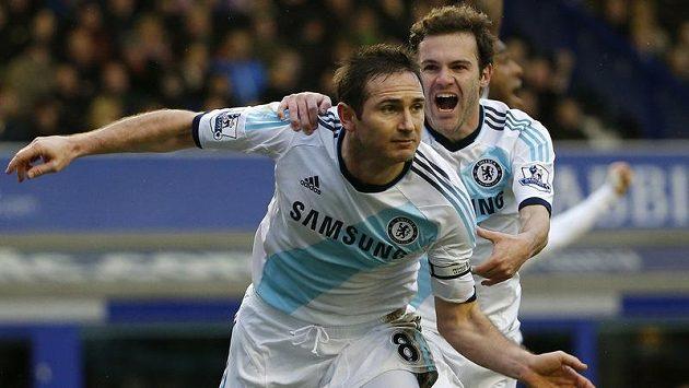 Dvojice Lampard - Mata (v pozadí) slaví vítěznou trefu anglického záložníka nad Evertonem.
