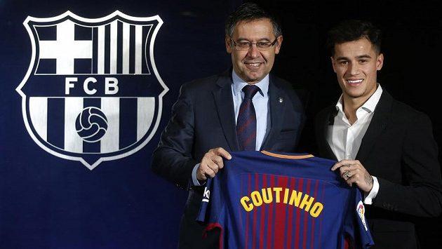 Nová posila Barcelony Philippe Coutinho (vpravo) pózuje s dresem.