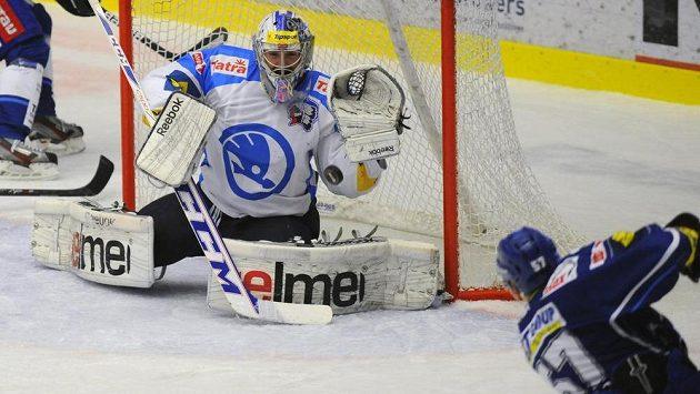 Jan Hruška dává druhý gól Brna. V brance Plzně je Matěj Machovský.