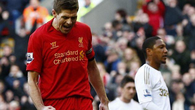 Steven Gerrard se raduje ze svého gólu do sítě Swansea.