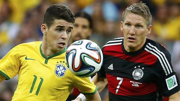 Němec Bastian Schweinsteiger (vpravo) s Brazilcem Oscarem.