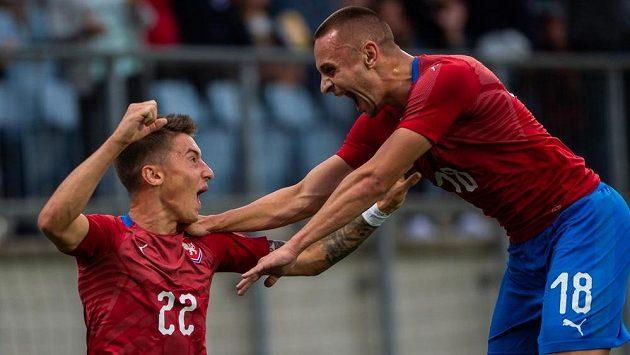 Střelec prvního českého gólu Antonín Vaníček (vlevo) přijímá gratulace od Denise Granečného.