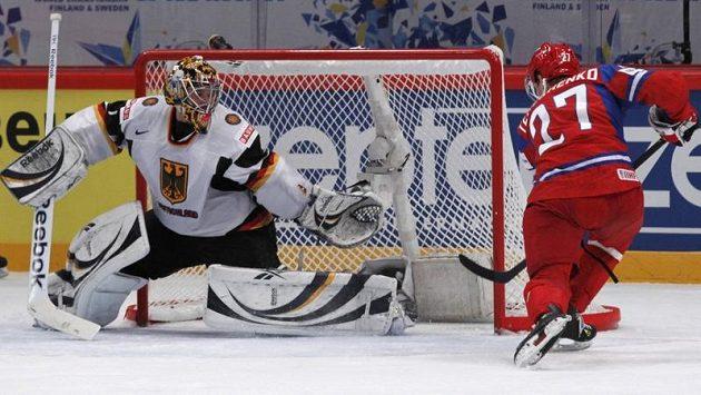 Rus Alexej Tereščenko (vpravo) střílí gól za záda německého brankáře Dmitrije Kotschnewa.