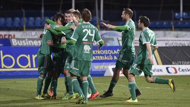 Fotbalisté Příbrami se radují z gólu na trávníku v Jihlavě.