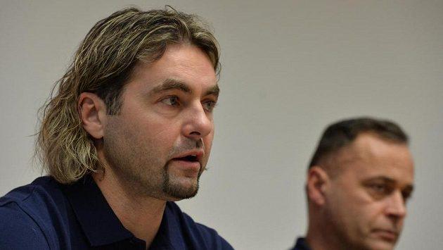 Manažer týmu hokejistek David Moravec, vpravo trenér Jiří Vozák.
