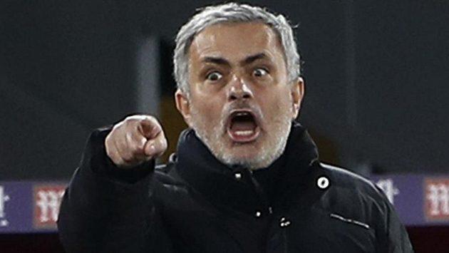 Gestikulující José Mourinho.