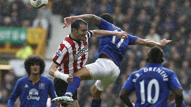 Hráč Sunderlandu John O´Shea (v pruhovaném) bojuje o míč proti Timu Cahillovi z Evertonu během utkání FA Cupu.
