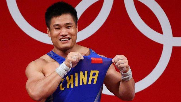 Číňan Lü Siao-ťün slaví triumf ve vzpírání.