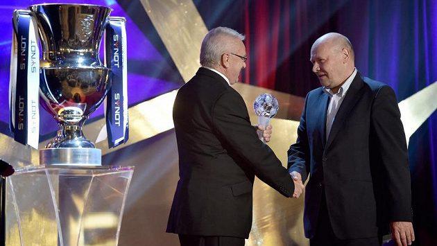 Snímek z loňského galavečera. Petr Uličný blahopřál nejlepšímu trenérovi sezóny Miroslavu Koubkovi (vpravo).