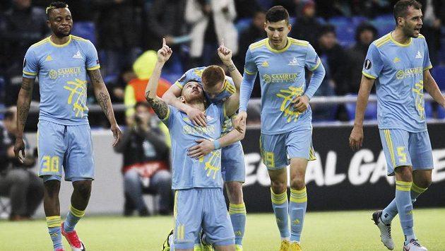 Pedro Henrique (11) z Astany se raduje se spoluhráči z gólu proti Jablonci.
