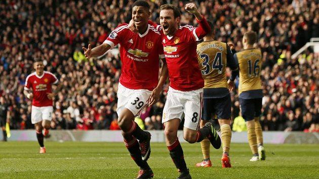 Útočník Manchesteru United Marcus Rashford (vpředu vlevo) slaví se spoluhráčem Juanem Matou gól proti Arsenalu v utkání 27. kola anglické Premier League.