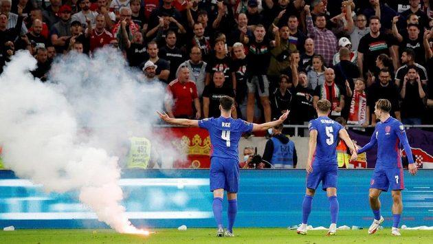 Maďarští fanoušci hodili směrem k anglickým fotbalistům světlici.