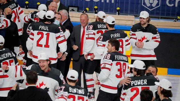 Hokejisté Kanady se radují z vítězství na MS v Lotyšsku.
