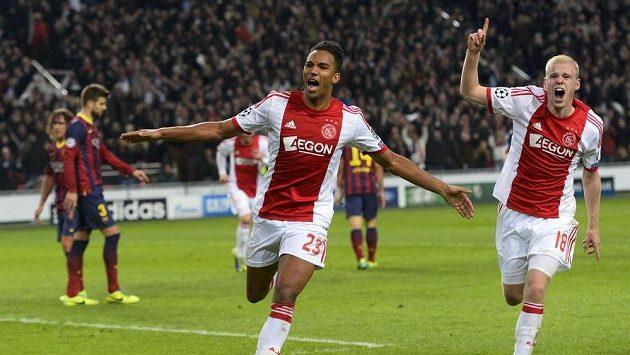 Danny Hoesen (vlevo) a Davy Klaassen z Ajaxu Amsterodam se radují z branky, kterou vstřelil Hoesen do sítě Barcelony.