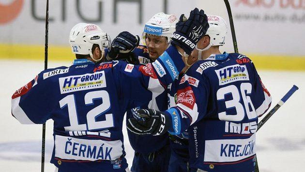 Hokejisté Brna se radují z prvního gólu, který dal Jan Káňa (uprostřed). Vpravo je obránce Jakub Krejčík.