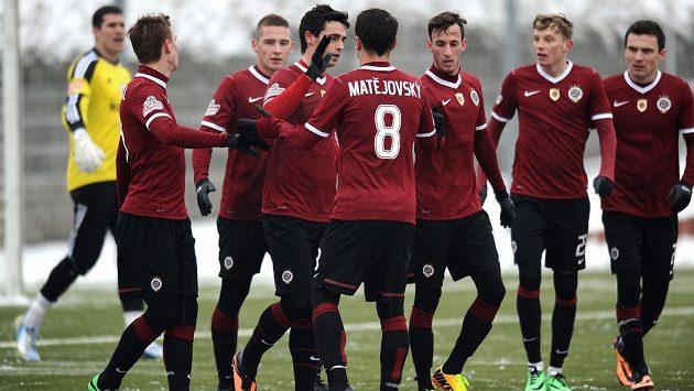 Fotbalisté Sparty Praha se radují z gólu proti MFK Ružomberok.